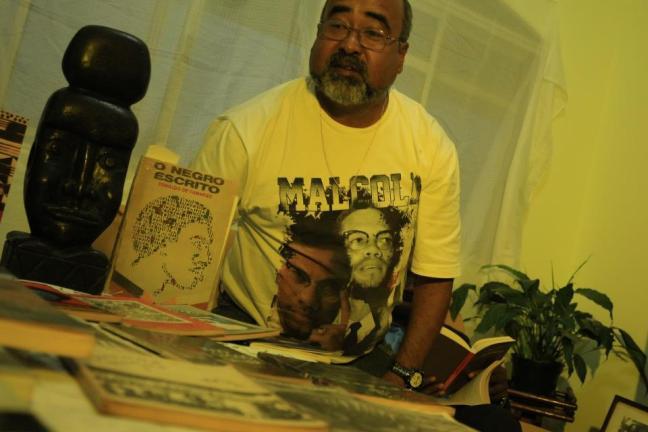 Abelardo Rodrigues em sua casa na zona leste de SP